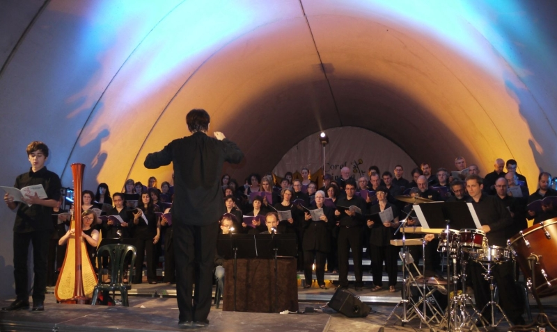 tunel nen cantant amb orquestra