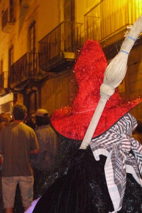 Aquelarre de Cervera. Dijous Gras. Bruixa amb mocador de fer farcells.
